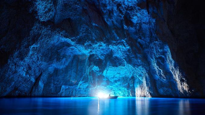 L'île s'enorgueillit de sa grotte bleue, plus grande que celle de Capri. L'ouverture étant orientée plein est, y aller peu après le lever du soleil est un must: elle est alors inondée de lumière.