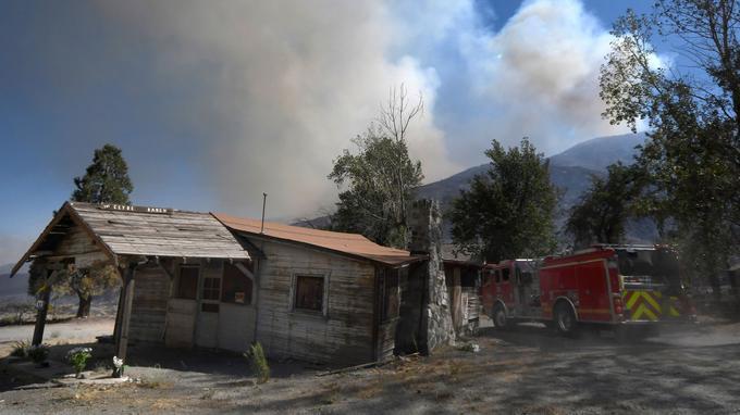 Les pompiers protègent les habitations qui sont souvent construites en bois.