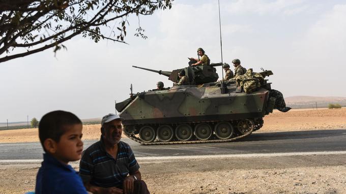 Un char turc se dirige vers la frontière syrienne, vendredi.