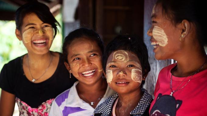 Dans le village de Jalann, les enfants viennent s'instruire auprès des moines bouddhistes.