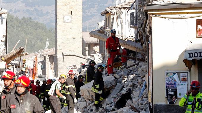 Si les secouristes, comme ici à Amatrice, continuent d'y sonder les monticules de gravats, ils n'ont que peu d'espoir de retrouver des survivants. Aucun n'a été retrouvé depuis jeudi.