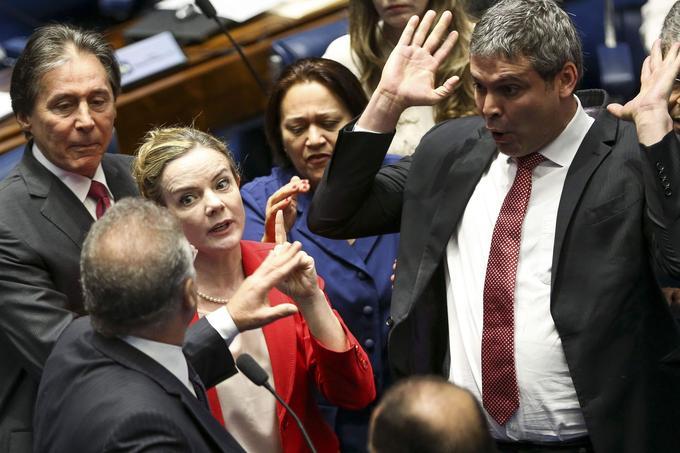 Deux sénateurs s'invectivant, vendredi.