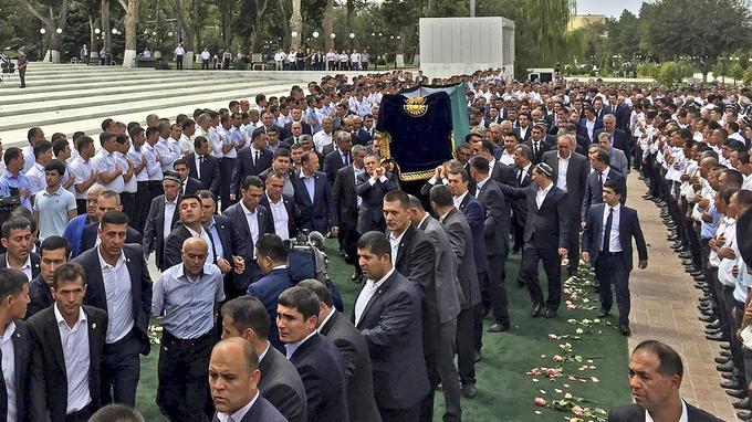La dépouille du président défunt a été transporté en jusqu'à Samarcande où elle a été inhumée.