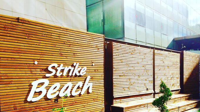 Après un ice bar nomade, la Strike Beach est le 2e né d'une série de strutures «pockets» événementielles de l'agence Dining Event.