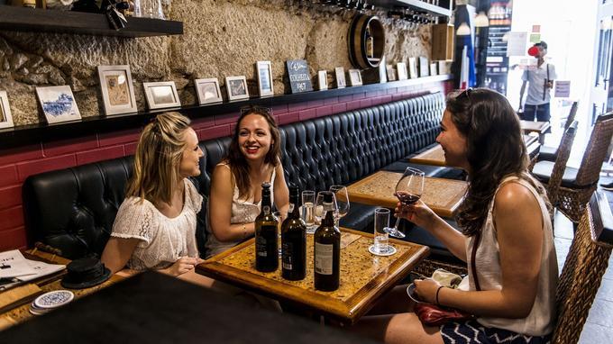 Le goût du porto. Dégustation et initiation aux vins de Porto et du Douro chez le caviste Portologia, au cœur de Ribeira.
