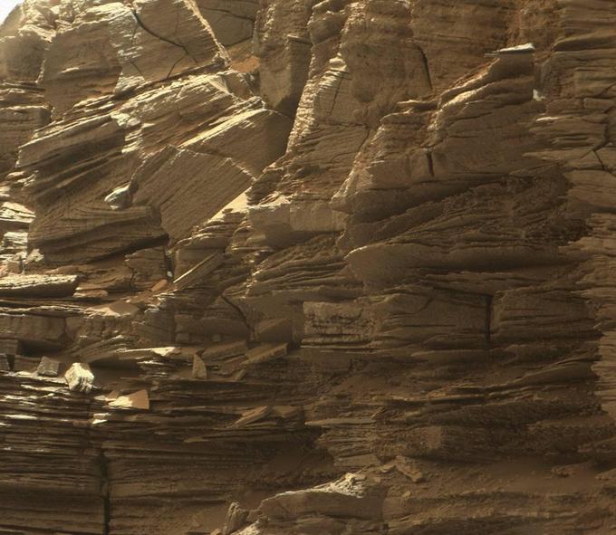 Les dépôts des couches sédimentaires, ainsi que leur érosion plus récente, sont le résultat de l'action des vents martiens.