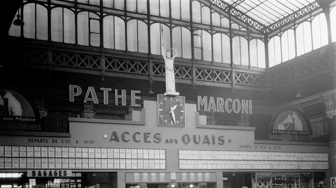 Tableau général des Départs dans hall de la gare de Lille Flandres - 1955