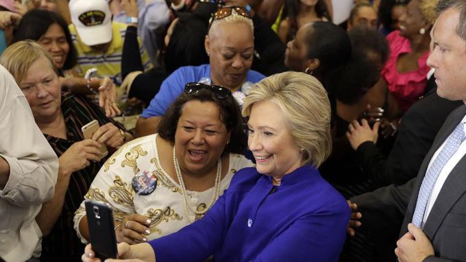 Hillary Clinton se livre à la pratique du selfie.