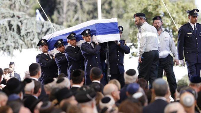 Les obsèques de Shimon Peres ont commencé avec l'acheminement, au son des prières funéraires juives, de son cercueil ceint du drapeau bleu et blanc frappé de l'étoile de David jusqu'à une tribune devant le parterre de responsables internationaux et officiels israéliens, non loin des lieux où il sera inhumé à la mi-journée au cimetière national du mont Herzl à quelques mètres de M. Rabin, assassiné en 1995.