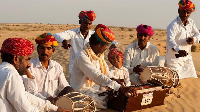 Dès leur plus jeune âge, les garçons manghaniyars apprennent la musique de leurs ancêtres et la pratique d'un instrument suivant leur préférence et leur talent.
