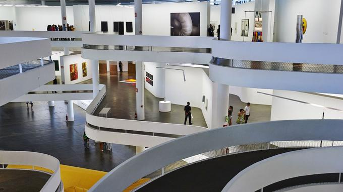 Le Pavillon Ciccillo Matarazzo dessiné par le grand Oscar Niemeyer dans le parc d'Ibirapuera pour la deuxième édition de la Biennale en 1953 est toujours aussi moderne.