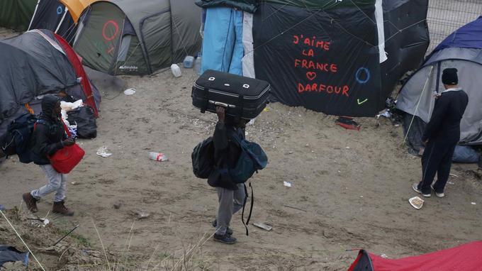 Beaucoup de migrants portent une valise contenant toutes leurs affaires sur leur épaule ou sur leur tête.