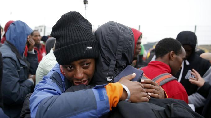 Le moment du départ a donné lieu à des moments de détresse. Malgré l'important dispositif logistique, «les gens sont un peu perdus, ils ne savent pas vraiment ce qu'il se passe ni ce qu'ils doivent faire», a confié à l'AFP une bénévole du Haut commissariat aux réfugiés (UNHCR) qui s'efforce d'aider les uns et les autres.