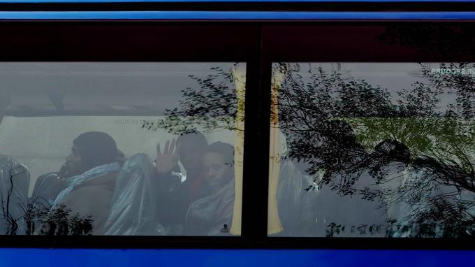 Un premier autocar transportant 50 Soudanais a pris la route de la Bourgogne vers 8h45,vers les villages de Chardonnay et Digoin. Seize bus étaient partis à 11h30 de la «gare routière» installée juste derrière le centre de transit, appelé «sas».