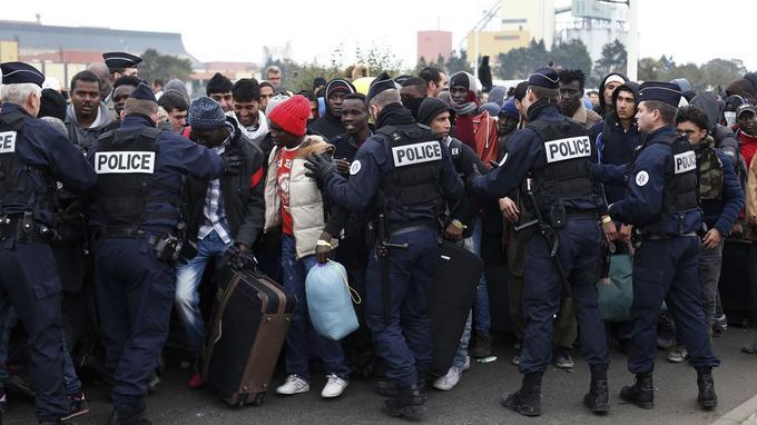 1250 policiers et gendarmes sont mobilisés à Calais pour veiller à la sécurité de ce mégatransfert: éviter les mouvements de foule, mais aussi empêcher de nuire <a href=