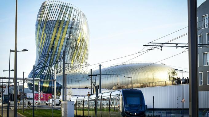 La cité du vin, le tramway: symboles de la modernisation de la ville. Crédit: Cité du Vin / ANAKA - X TU Architects