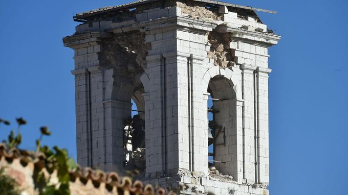 Ce campanile, dans la ville de Norcia, a subi d'importants dommages.