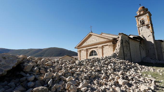 Outre la Basilique, cette église de Norcia a également terminé en éboulis.