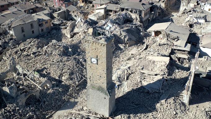 Amatrice, commune proche de l'épicentre située sur une colline, se retrouve recouverte de pierres et de poussière.