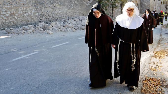 «On va rester ici, on veut aider les gens par nos prières, même si on doit rester sous les tentes», a indiqué une sœur du couvent de Santa Maria. Leur petite église n'a pas été détruite mais les soeurs ont été évacuées avec le reste de la population.