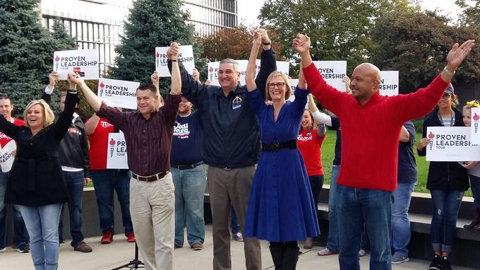 Todd Young (chemise rayée), Eric Holcomb (à sa gauche) et leur équipe de campagne, au contact de militants républicains.