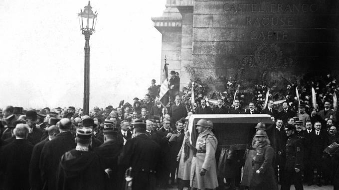 Transport du cercueil du soldat inconnu à l'Arc de Triomphe le 11 novembre 1920.