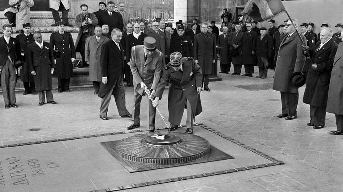 Le général de Gaulle ravive la flamme sur la tombe du soldat inconnu en janvier 1959.
