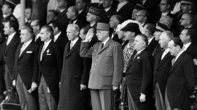 Le général de Gaulle saluant le défilé militaire le 11 novembre 1968.