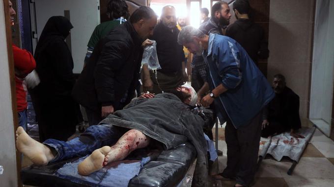 Un homme blessé est pris en charge dans un hôpital de l'Est d'Alep.