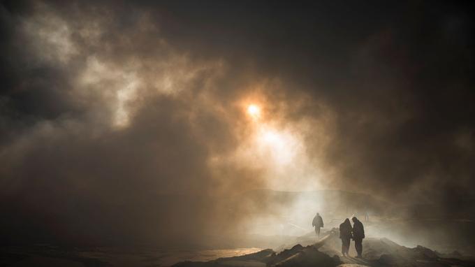 Les nuages de fumée qui se dégage des puits de pétrole incendiés peuvent provoquer des problèmes respiratoires.