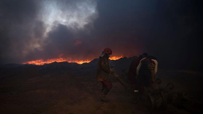 Venir à bout d'un incendie peut prendre «tout un mois» selon l'employé d'un site pétrolier.
