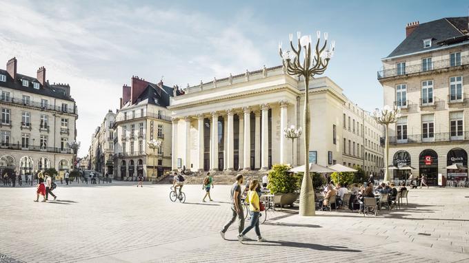 La façade de style néoclassique du théâtre Graslin, construit à la fin du XVIIIème siècle, domine la place du même nom. © Franck Tomps