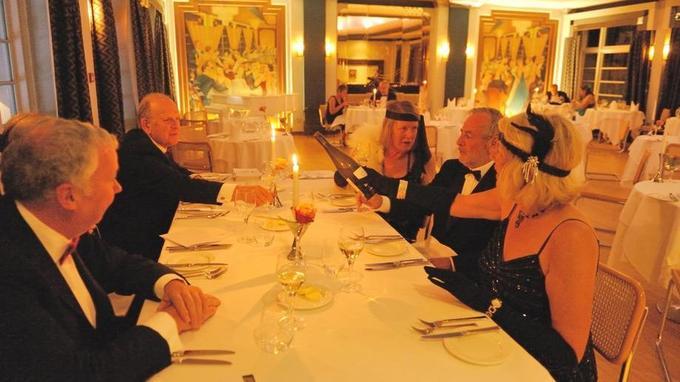 A l'hôtel Burg Island, pour le souper, c'est black tie pour ces messieurs et robes longues pour ces dames. ©Olivier Roques-Rogery.