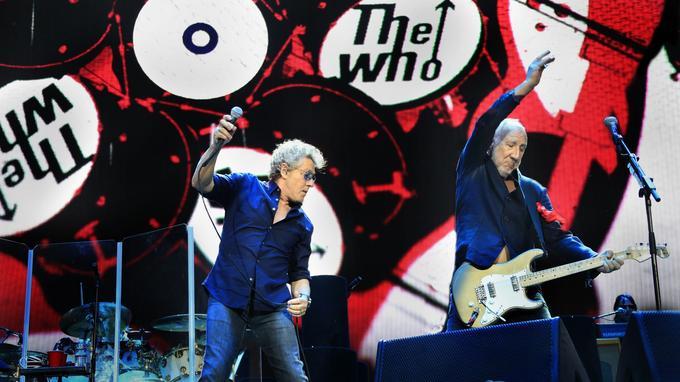 Pete Townshend, de The Who, maîtrise toujours aussi bien les moulinets de guitare pour accompagner son compère au micro, Roger Daltrey.