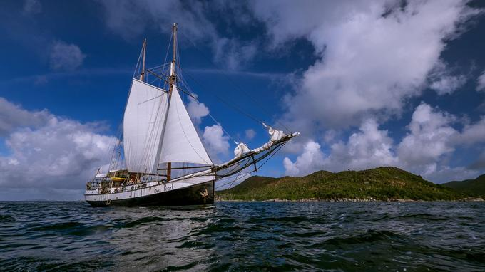 Le Sea Pearl, vénérable goélette hollandaise, a navigué sur les mers du monde dès le début du XXe siècle. Aujourd'hui, elle vogue paisiblement sur l'océan Indien.