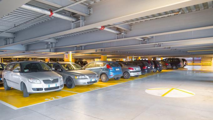 L'étroitesse des places de nombreux parkings favorise les «pocs» sur la carrosserie, causés par des voisins désinvoltes avec leurs portières.