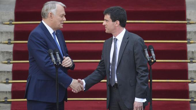 Jean-Marc Ayrault est remplacé par Manuel Valls à Matignon en 2012.