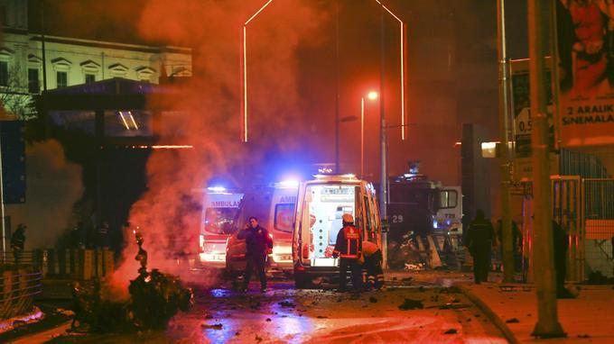 Des images de télévision montraient samedi la carcasse calcinée d'une voiture et deux incendies dans une rue devant le stade.