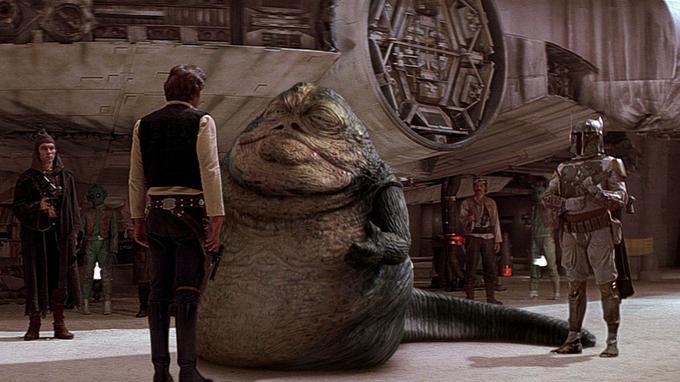 Jabba le Hutt face à son meilleur ennemi, Han Solo, devant le Faucon Millenium.
