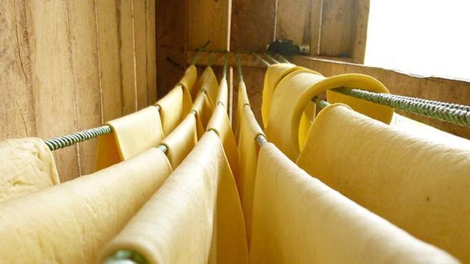Après son extraction des troncs d'hévéa, le latex se voit transformé en feuille de caoutchouc. (Crédit photo: DP Piola)