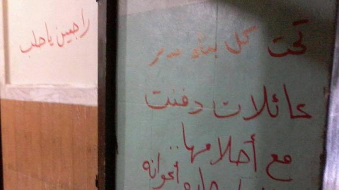 «Sous chaque bâtiment détruit, des familles sont enterrées avec leurs rêves. Elles ont été enterrées par Assad et ses bandits… Nous reviendrons, Alep», peut-on lire sur la porte de cette maison.