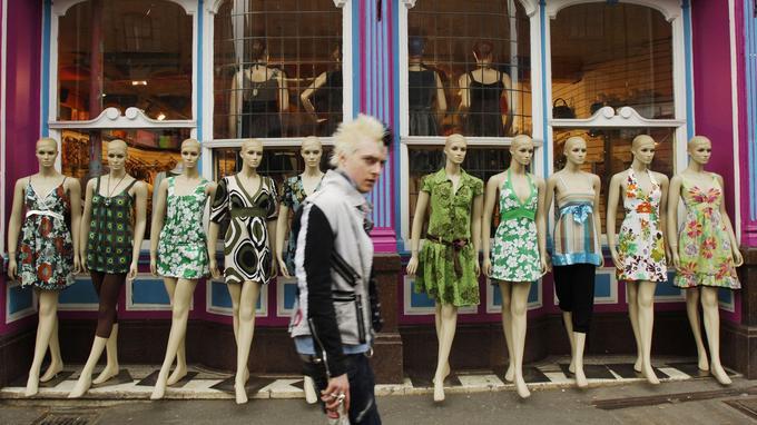 Loin de Phileas Fogg, un punk traverse le quartier de Camden Town.