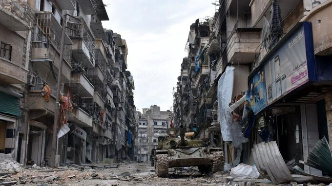 Les forces du régime Syrien pénètrent l'ex-quartier rebelle d'Ansari, détruit par les bombes.