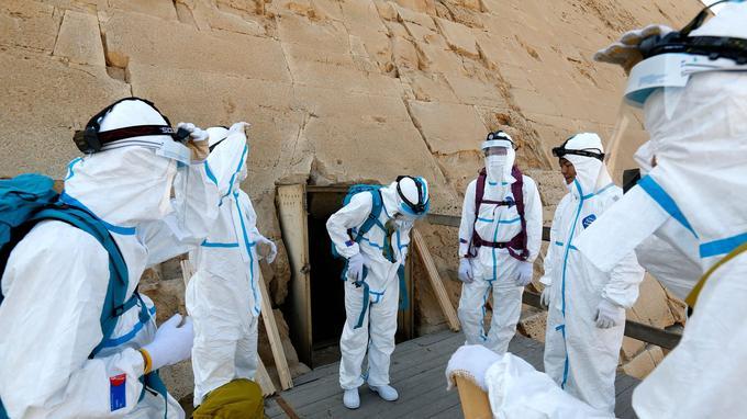 Une cohorte de Japonais habillés de combinaisons blanches antipoussière se glissent à l'intérieur de la pyramide de Kheops.
