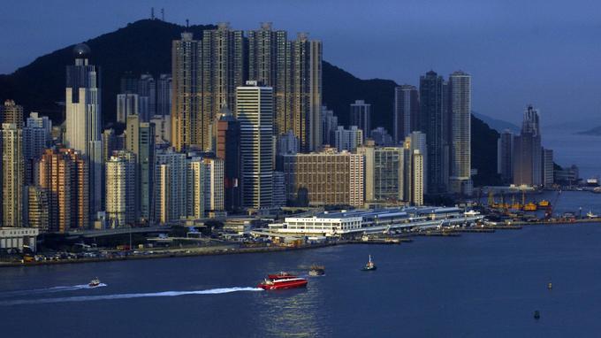 L'activité du port Victoria et les ferrys rouges en route pour Macao.