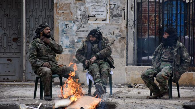 Des soldats syriens ont pris position dans l'ancien quartier rebelle d'Ansari à Alep. Cette image date du 23 décembre 2016. Elle est l'une des premières publiées depuis la reprise de la ville par le régime.
