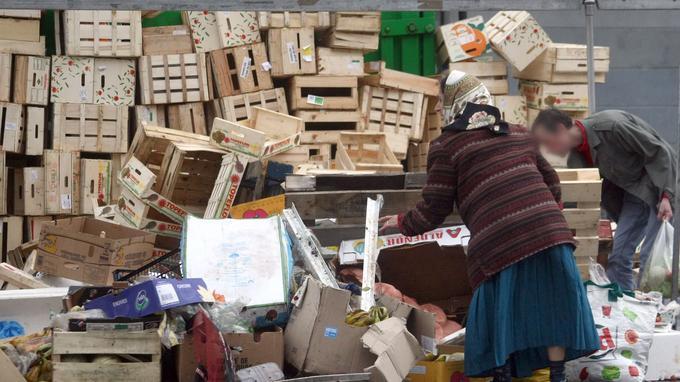 Des nécessiteux ramassent des denrées dans les poubelles