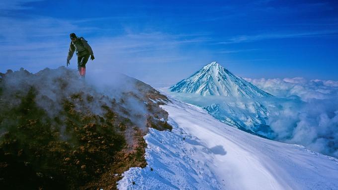 Une ascension de 1 600 m permet de gagner le cratère du volcan Avacha, situé à une trentaine de kilomètres à peine de Petropavlosk, la capitale du Kamtchatka.