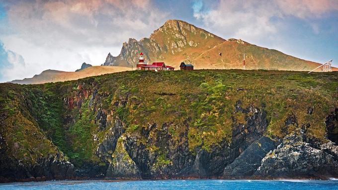 L'île de Horn, ultime morceau de terre du continent américain. Un marin chilien vit au pied de ce phare, avec femme et enfants.