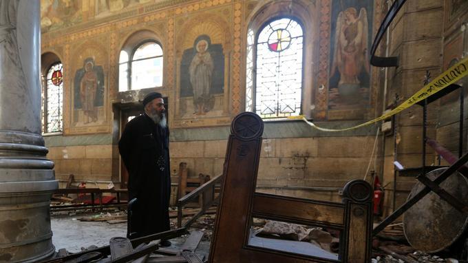 Un prêtre constate les dégâts dans l'église copte Saint Pierre et Saint Paul, cible d'une attaque terroriste le 11 décembre 2016. Il y avait eu 28 morts.